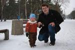 Kinag z tatą na zimowym spacerze